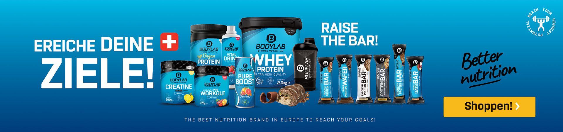 verschiedene Bodylab Produkte vor blauem Hintergrund, links sporliche Frau im Vordergrund