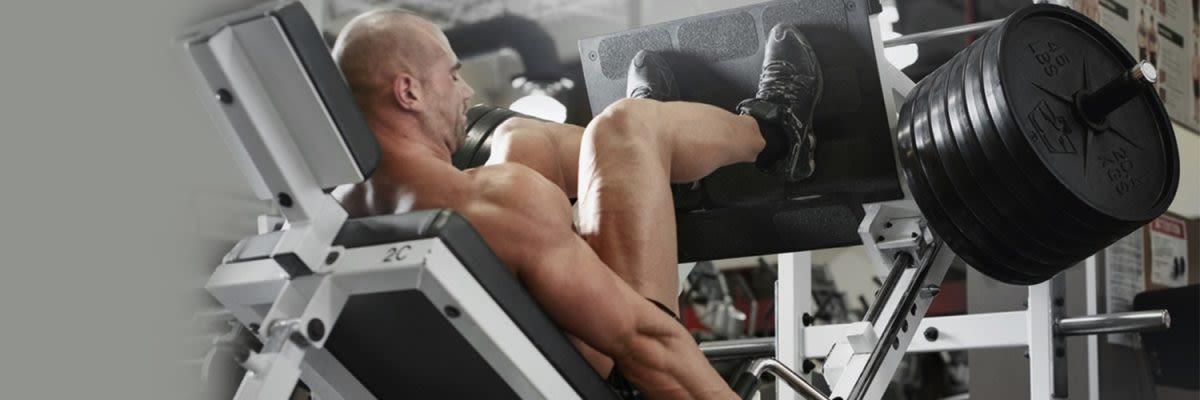 Mann in der Beinpresse
