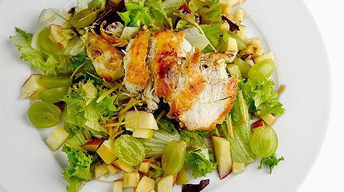 Bunter Salat mit Hähnchenstreifen, Trauben und Apfel