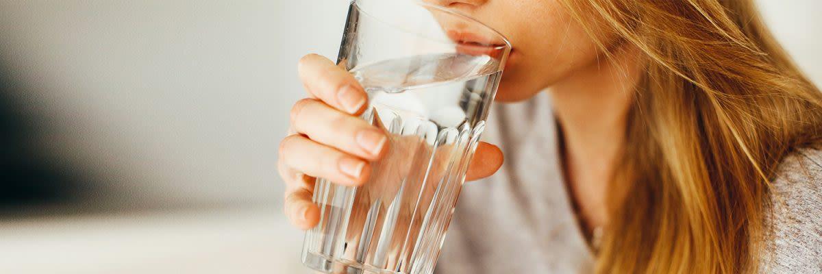 vrouw met glas water