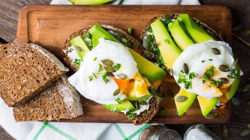 Pochiertes Ei auf Avocado-Vollkornbrot