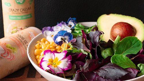 Vegane Salat-Bowl mit Tofu und French-Dressing