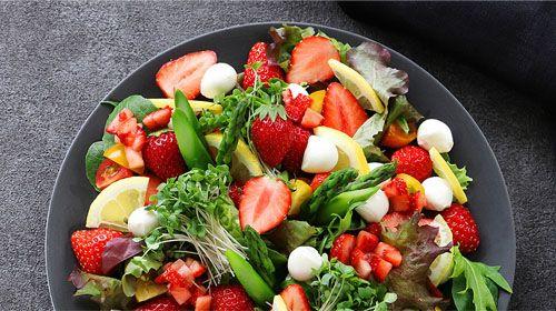 Leichter Spargelsalat mit Erdbeeren & Basilikum