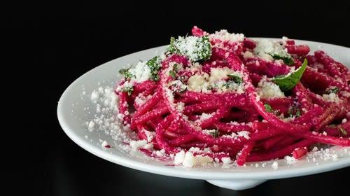 Pinke Spaghetti mit Rote Bete-Pesto