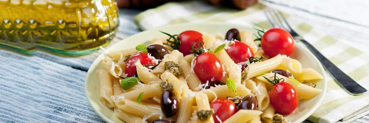 Italienischer Nudelsalat mit Oliven tomaten zucchini