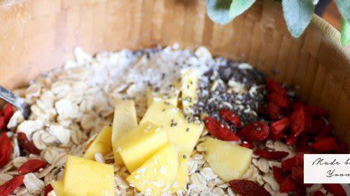 Mango-Goji-Müsli mit Kokosraspeln und Chia Samen