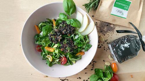 Salat mit Reis-Flohsamen Taler und Cashew Nüssen
