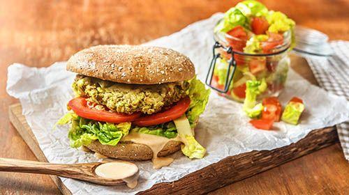 Knackiger Burger mit Avocado-Haferflocken-Bratling