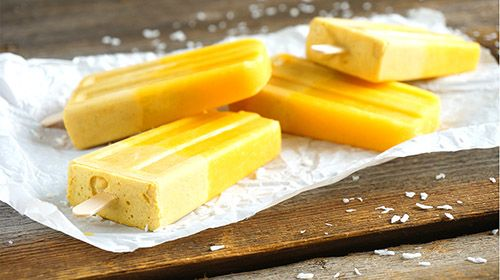 Mango-Eis am Stiel mit Kokosmilch