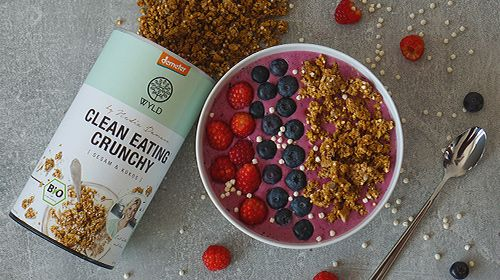 Protein Smoothie Bowl mit Crunchy Sesam-Kokos Topping