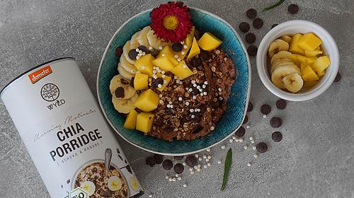Schokoladiger Chia Porridge mit Banane und Mango