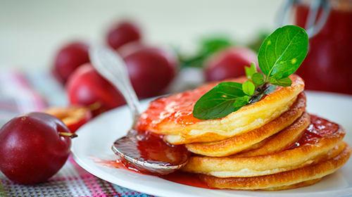 Low Carb Milchkaramell Pancakes mit Pflaumentopping