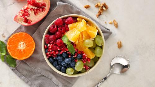 Fruit-Bowl mit kalorienarmer Erdbeer-Sauce