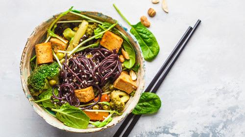 Vegane Kokos-Reisnudel Bowl