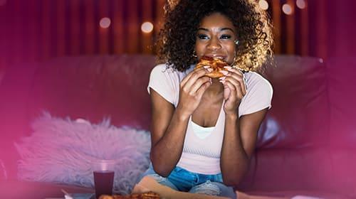 So tappst du nicht in die Kalorienfalle am Abend