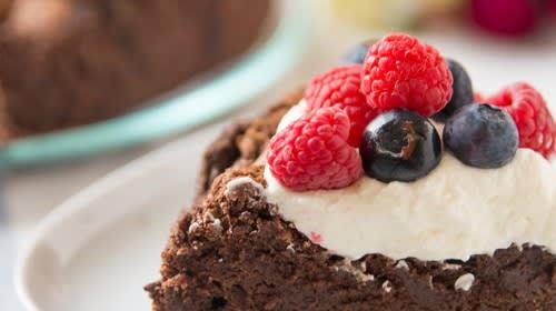 Sommerliche, vegane Torte mit Bohnen-Brownie