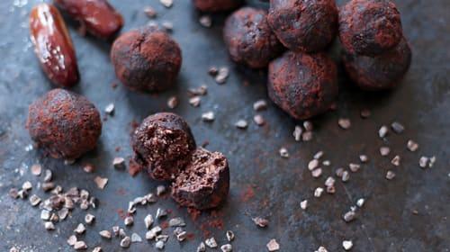 Vegane Erdnuss-Schoko Energy Balls